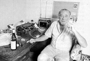 charles-bukowski-seduto-alla-scrivania